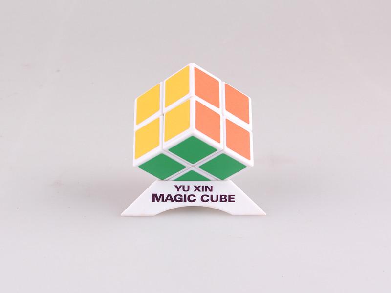 """二阶魔方的英文官方名字叫做Pocket Rubik's Cube或Mini Cube,中文直译叫做""""口袋魔方""""。 二阶魔方为2×2×2的立方体结构,由8个角块构成,总共有3,674,160种变化。 二阶魔方结构与三阶魔方相近,可以复原三阶魔方的公式进行复原。"""
