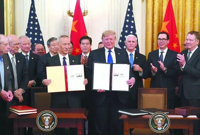 美国总统特朗普和中国副总理刘鹤共同签署了中美第一阶段经贸协议.jpeg